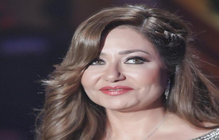 اليمن الان / شاهد : بالصور قبلات تجمع ليلى علوي مع مخرج مصري تثير جدل المعجبين