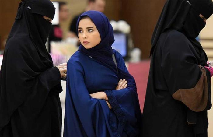 120فتاة بالمملكة يعرضن أنفسهن أمام مسجد للزواج دون مقابل .. (فيديو)