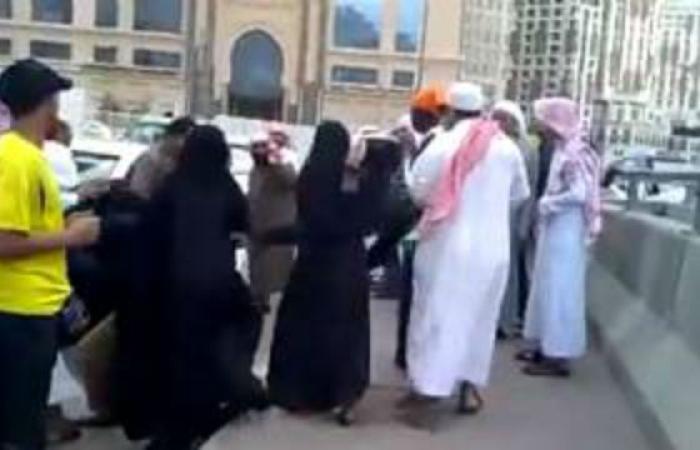 سعودية تلقن وافدا درسا لن ينساه وتشبعه ضربا مبرحا أمام المارة دون تدخل أحد! شاهدوا