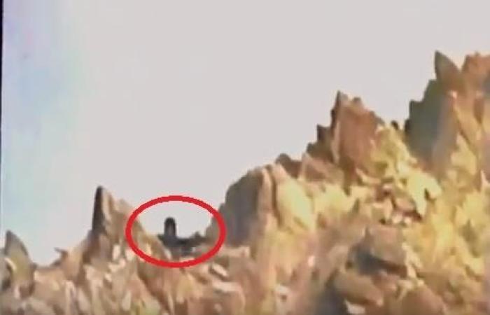 السعودية الأن / بالفيديو.. لحظة قنص أحد المرابطين عنصراً حوثياً كان متمركزاً في جبل داخل الحدود اليمنية