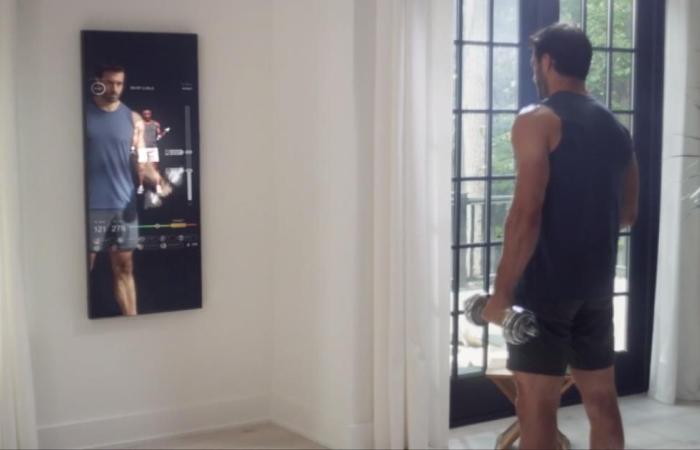 مرآة تقنية.. صالة ألعاب رياضية على الحائط