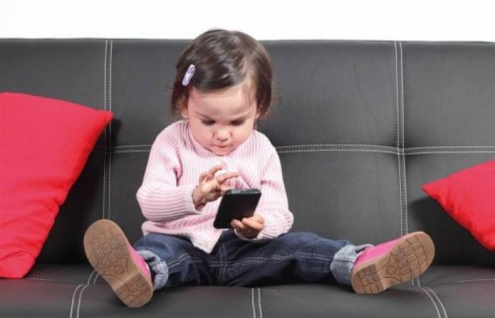 إدمان الأطفال للهواتف الذكية... ظاهرة خطيرة منتشرة يجب الحد منها