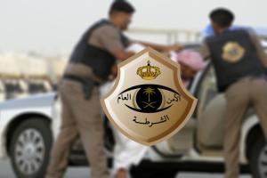 شاهد.. شرطة الرياض تلقي القبض علي 3 مقيمين.. لن تتخيلوا ماذا وجدوا معهم؟